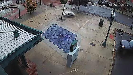 Auf einem Platz der KleinstadtSandpoint im US-Bundesstaat Idaho hat die Firma Solar Roadways die ersten 30 Solarmodule auf einem Platz installiert. Die Module sind so robust und rauh, dass man über sie gehen und auch mit dem Auto fahren kann.