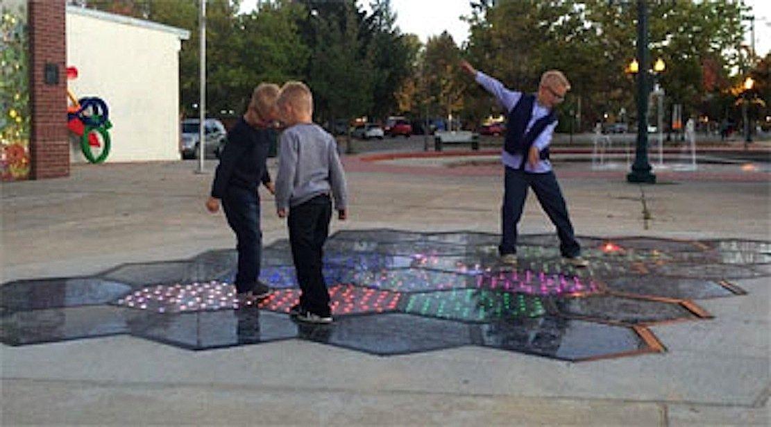 Zum Hüpfen: Auf den Solarmodulen in Sandpoint kann man auch Hüppekästchen spielen.