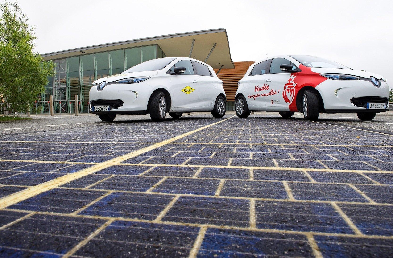Das französische Unternehmen Cola hat die ersten Solarmodule bereits auf einem Platz in Frankreich verlegt.