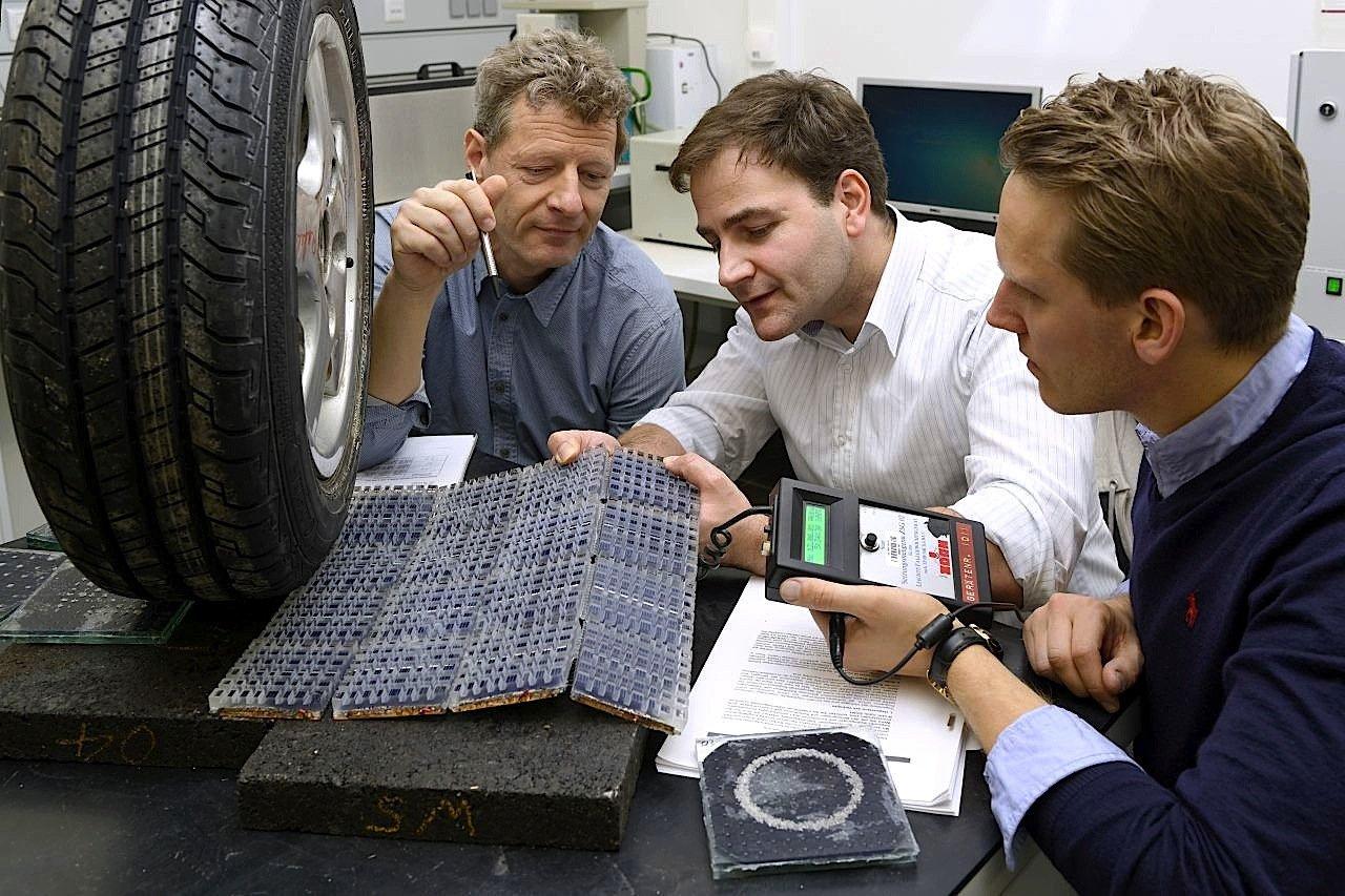 Auch die Ingenieure am Institut für Straßenwesen der RWTH Aachen arbeiten an Solarmodulen, die in die Oberfläche von Straßen integriert werden.
