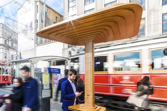 Haltestelle aus Holz am Taksim-Platz in Istanbul: So schön können Haltestellen für Busse und Bahnen sein. Entworfen hat das Objekt der russische DesignerArtemy Lebedev.