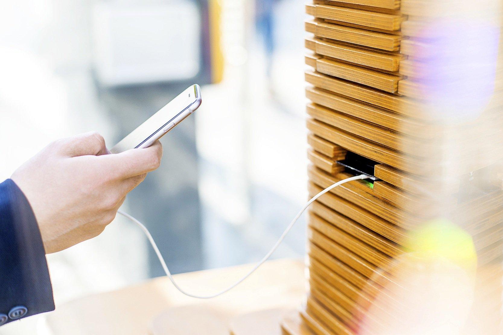 Die Design-Haltestelle am Taksim-Platz hat USB-Steckplätze zum Aufladen von Smartphones und Tablets.