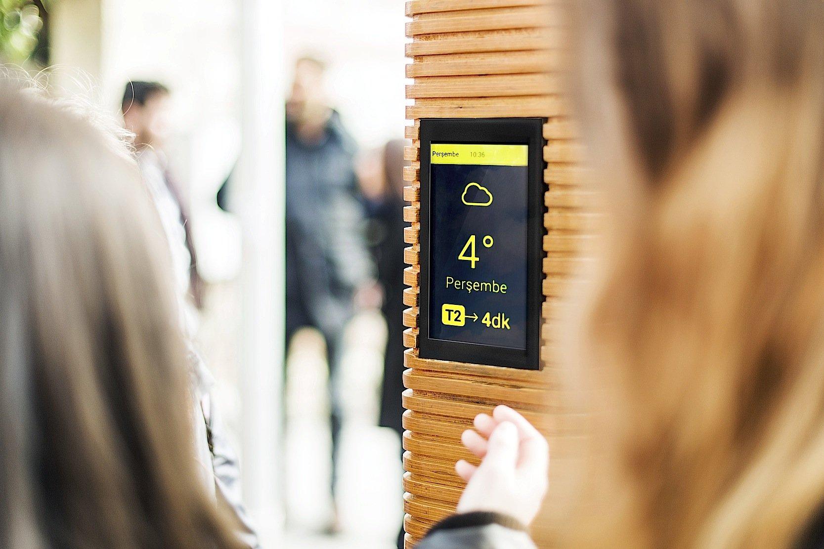 Auf einem kleinen Bildschirm können die Verkehrsbetriebe Informationen zum Wetter, den Ankunfts- und Abfahrtszeiten sowie den Strecken von Bus und Bahn anzeigen.