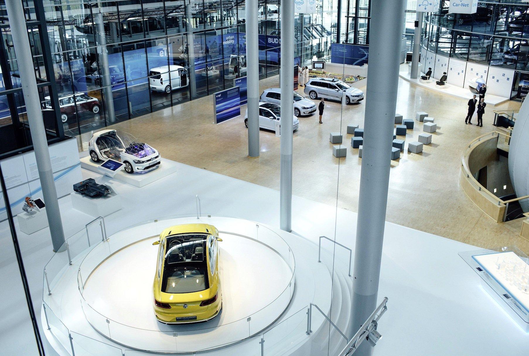 Ausstellung in der Gläsernen Manufaktur in Dresden: Die Verbrauchsangaben werden in Zukunft zwischen zwei und sechs Gramm CO2 pro Kilometer steigen.
