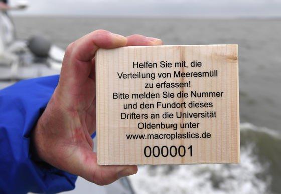 Holzdrifter mit Infotext zur Erfassung des Meeresmülls: Bürger sind aufgefordert, den Fundort zu melden. Die Forscher erfahren dadurch mehr über die Verbreitung von Plastikmüll in der Nordsee.