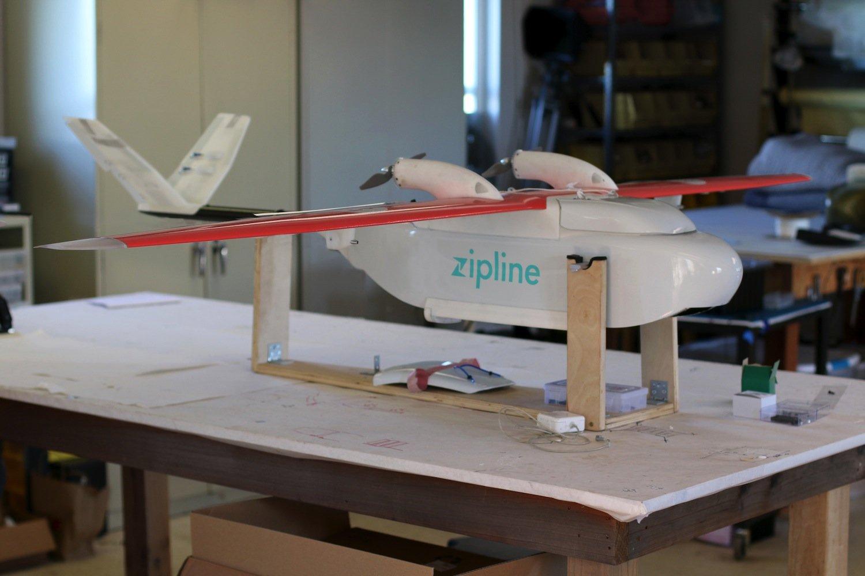 Diese Drohne sorgt für den Bluttransport: Der unbemannte Flieger startet über ein Katapult und erreicht eine Geschwindigkeit von 100 km/h. Die Reichweite liegt bei 150 km.