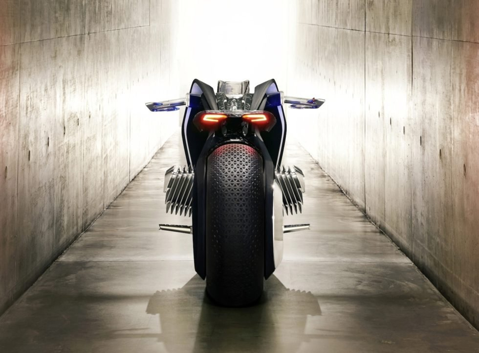 Das elektrische BMW-MotorradVision Next 100 von hinten: Es balanciert sich selber aus und kann praktisch nicht umkippen.