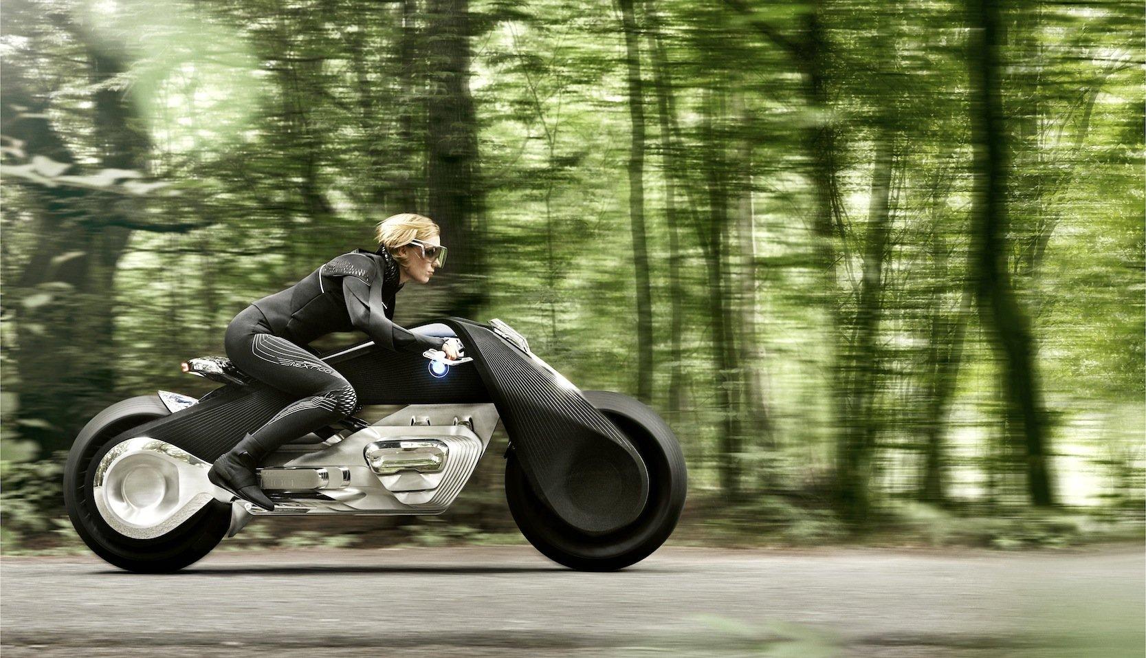 Das Motorrad hält BMW für so sicher, dass nur noch eine dünne Schutzkleidung notwendig ist. Ein Helm ist überflüssig.