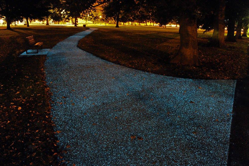 Leuchtender Gehweg in Cambridge: Ingenieure haben eine Imprägnierung mit Partikeln entwickelt, die die UV-Strahlung des Sonnenlichts speichern und abends abgeben.