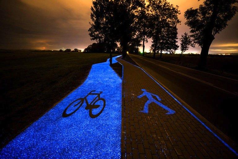 Dieser Radweg in Polen leuchtet nachts blau