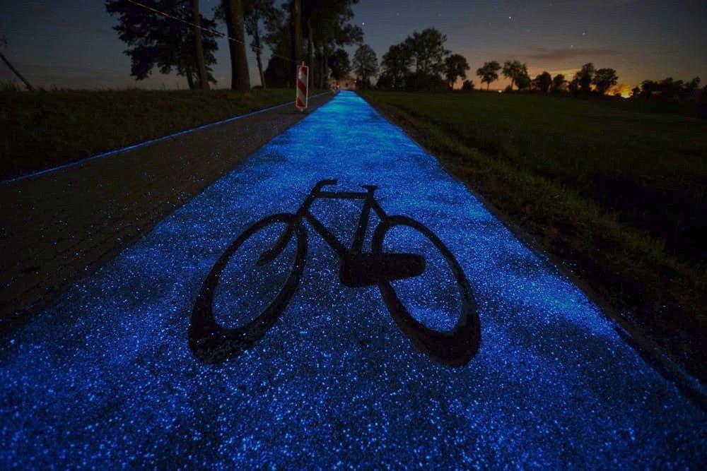 Mit einer Schablone können die Ingenieure auch Verkehrszeichen auf den leuchtenden Radweg aufbringen.