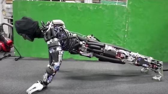 Roboter Kengoro kann Liegestützen – und schwitzt dabei.