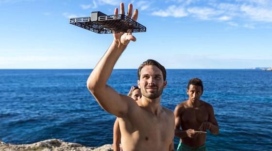 Statt Selfie-Stick: Die Mini-Kamera Hover Camera Passportschwebt auf Wunsch autonom und schießt Fotos.