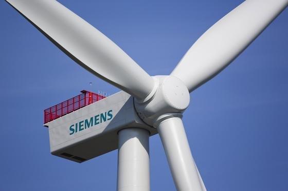 Siemens baut gemeinsam mit Forschern der Technischen Universität Hamburg-Harburg einen Speicher für überschüssigen Wind- und Solarstrom. Er besteht aus Natursteinen, die wärmeisoliert werden.