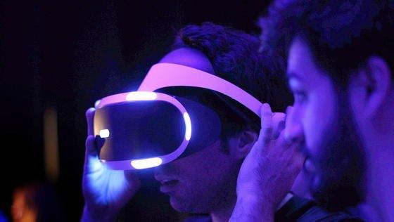 Virtuelle Realitäten nicht nur sehen, sondern auch spüren: Daran arbeiten die Entwickler von Microsoft und haben jetzt zwei Controller vorgestellt, die dies ermöglichen. Marktreif sind die Geräte allerdings noch nicht.