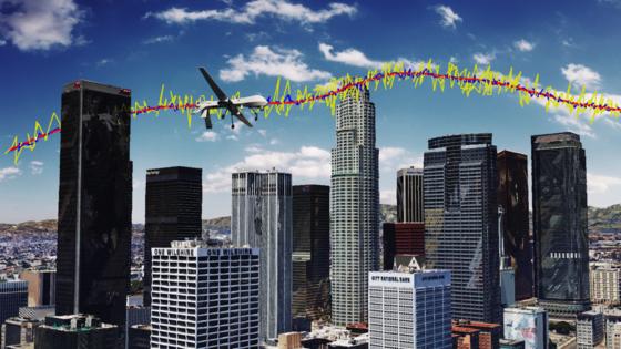 Eine unbemannte Drohne bei einem Simulationsflug über Los Angeles: Die rote Linie zeigt die wirkliche Flugbahn, die gelbe Linie gibt die Ortung durch GPS-Signale wieder. GPS-Signale und Signale aus der Umgebung kombiniert verfeinern die Ortung, wie die blaue Linie erkennen lässt.