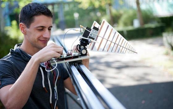 Prototyp der Drohne: An der Universität Ulm werden Tests mit dem ersten Prototyp des Radargeräts durchgeführt. Dabei simuliert eine Schiene die Flugbewegung der Drohne.