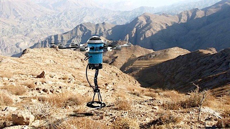 Die Mine Kafon Drone fliegt im Abstand von nur vier Zentimetern über den zuvor kartierten Boden und scannt das Gelände mit einem Metalldetektor.