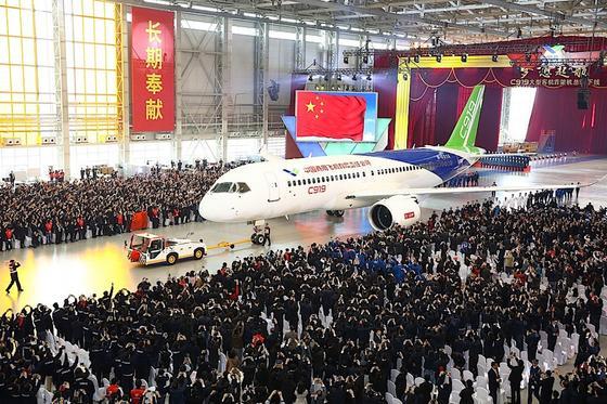 Präsentation der Comac C919 Ende 2015: Das erste in China entwickelte Verkehrsflugzeug fliegt noch mit westlichen Triebwerken. Jetzt hat China einen Konzern gegründet, der auch zivile Jet-Triebwerke entwickeln und produzieren soll.