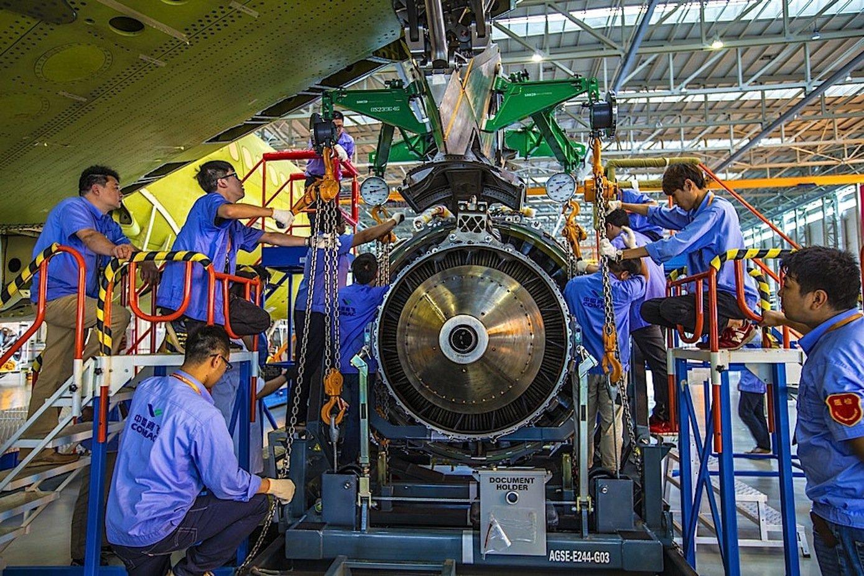 Comac-Techniker mit einem Triebwerk für das chinesische Verkehrsflugzeug C919: Es wird noch wenigstens zehn Jahre dauern, bis China auf eigene Triebwerke für Passagierflugzeuge zurückgreifen kann.