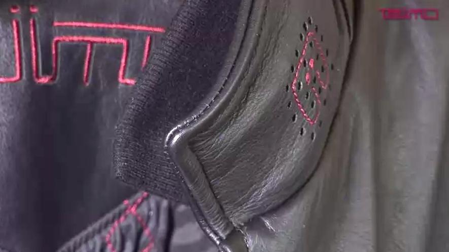 In den Kragen der Lederjacke sind zwei Lautsprecher und ein Mikrofon eingebaut. Dadurch kann man mit der Jacke Musik hören oder beim Telefonieren frei sprechen.
