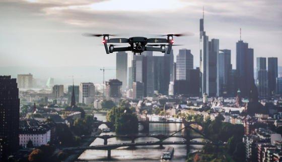 Drohne vor der Frankfurter Skyline: Mit neuen Störsendern und Netzkanonen will ein britisches Unternehmen den Schutz von Gefängnissen und Industrieanlagen vor Drohnenangriffen verbessern.