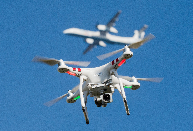 Drohnen werden auch zunehmend zu einer Gefahr für den Luftverkehr, insbesondere bei Starts und Landungen.