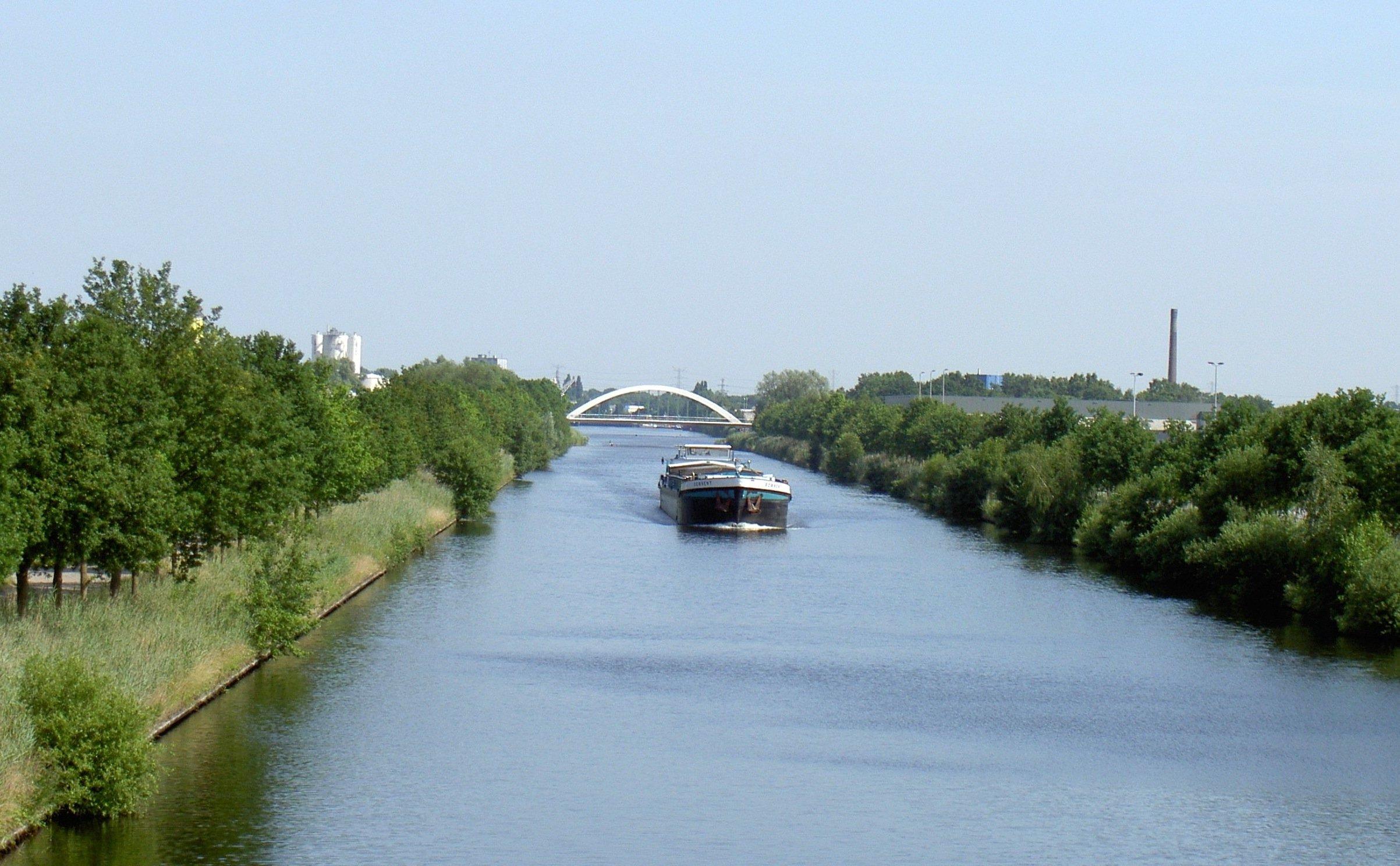 Im Wasser des Twentekanals entdeckten Forscher jetzt Mikroben, die Methan umwandeln können.