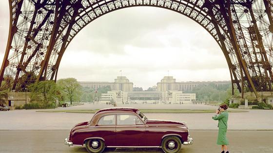 Borgward Hansa in den 1950-er Jahren unter dem Eiffelturm in Paris: Die frühere deutsche Kultmarke will 2018 wieder Autos in Deutschland fertigen. Als Standort für die Fertigung hat Borgward seine frühere Heimat Bremen ausgesucht.