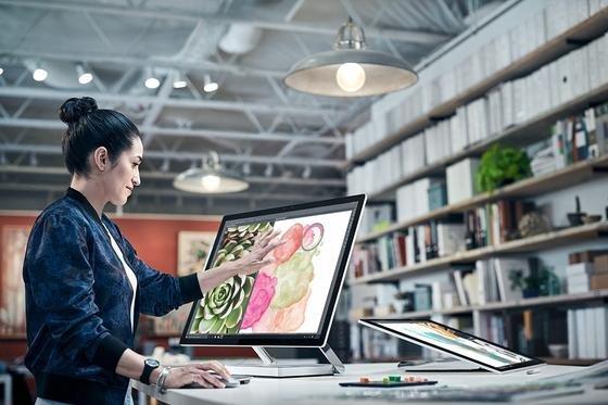 Microsoft hat in der vergangenen Nacht seinen ersten Desktop-Computer vorgestellt. Der Surface Studioähnelt dem iMac, kann aber noch deutlich mehr. So ist das Display berührungsempfindlich.