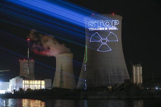 Protest gegen die Kernkraftwerke Tihange und Doel: Eine neue Risikoanalyse aus Wien zeigt, dass die Folgen eines Atomunglücks im Kernkraftwerk Tihange bei Lüttich für Aachen, das Rheinland und das Ruhrgebiet erheblich wären. Meist herrscht in der Region Westwind, die Radioaktivität würde Richtung Deutschland verbreitet.