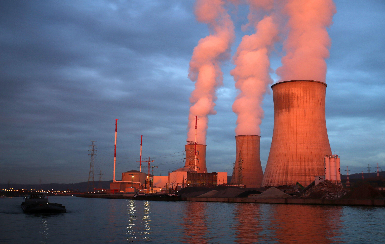 Das Kernkraftwerk Tihange liegt in der Nähe der Großstadt Lüttich direkt an der Maas. Das Kraftwerk schreibt wegen zahlreicher Störfälle seit Jahren Schlagzeilen. Ein Reaktordruckbehälter ist von Rissen übersäht.