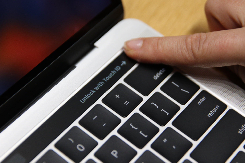 Fingerabdrucksensor eines MacBook Pro:In den An-Aus-Schalter hat Apple einen Fingerabdruckscanner integriert. Mit ihm entsperrt der User das Gerät nicht nur, sondern kann sich auch den Bezahldienst Apple Pay autorisieren.