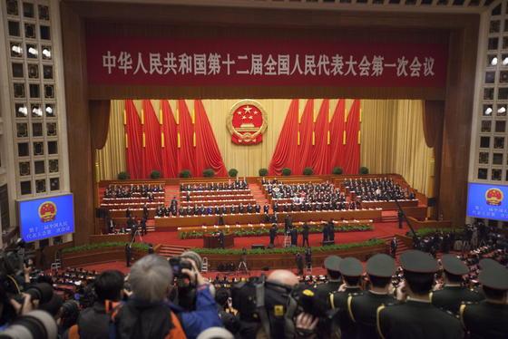 Nationaler Volkskongress in China: Das Land verfolgt trotz wirtschaftlicher Liberalisierung weiterhin einen sino-marxistischen Weg, so der SinologeHarro von Senger in VDI nachrichten. Die aktuellen Übernahmen westlicher Unternehmen gehörten zu einem langfristigen Plan.