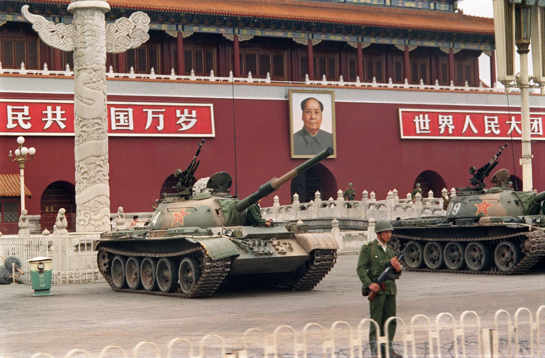 Panzer vor dem Mao-Bild auf dem Platz des Himmlischen Friedens: In China gibt die kommunistische Partei weiterhin die Richtung vor, trotz der wirtschaftlichen Freiheiten. Der Westen verstehe China nicht wirklich, meint der Schweizer SinologeProfessor Harro von Senger.