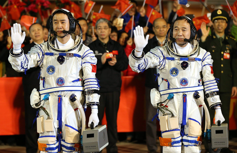 Die Taikonauten Jin Haipeng (li.) und Chen Dong am 17. Oktober 2016 kurz vor ihrem Flug ins All. Sie wurden in einer feierlichen Zeremonie verabschiedet.