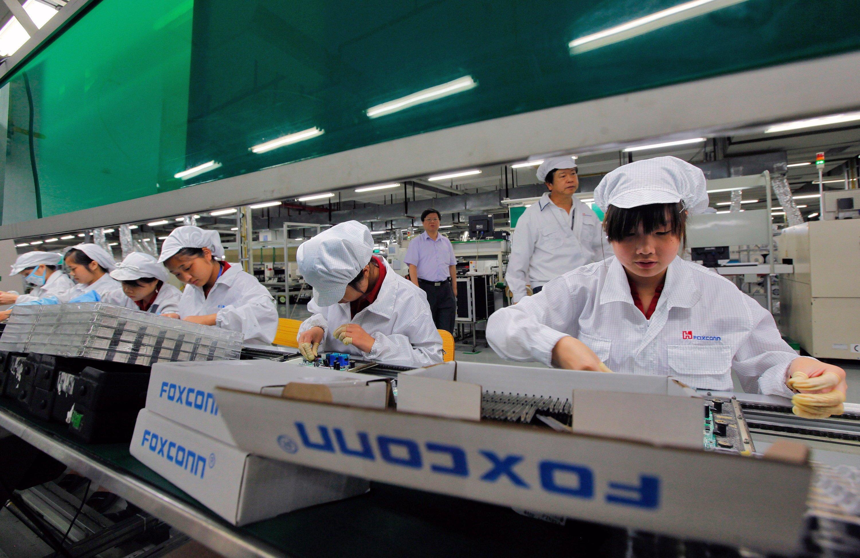Angestellte von Foxconn im Lunghua-Werk in Shenzhen in China: Foxconn hatte für die Produktion des iPhone 6 zusätzlich 10.000 Roboter installiert. China hat sich vorgenommen, bis 2020 die Zahl der Produktionsroboter zu vervierfachen.