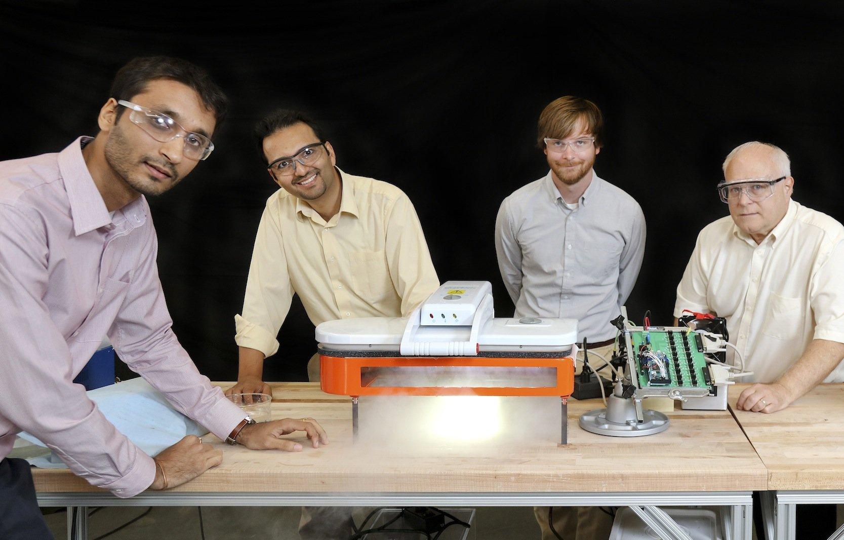 Ingenieure desOak Ridge National Laboratory in Tennessee hatten die Idee, die Feuchtigkeit aus der Wäsche mit Ultraschall zu vertreiben. Der entstehende Wasserdampf wird einfach abgesaugt.