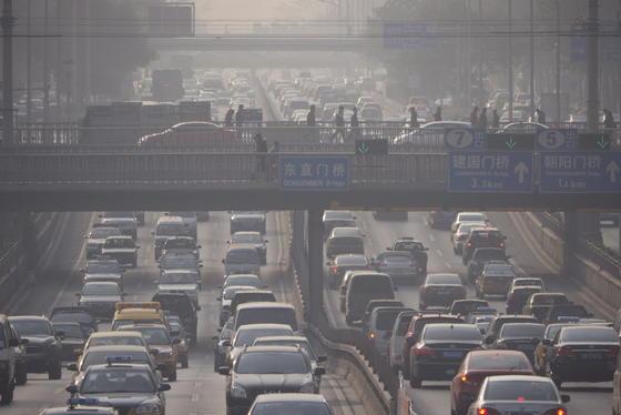 Berufsverkehr in Peking. Im Kampf gegen den Smog setzt das Reich der Mitte auf eine E-Auto-Quote. Für die Autohersteller kommt das überraschend.