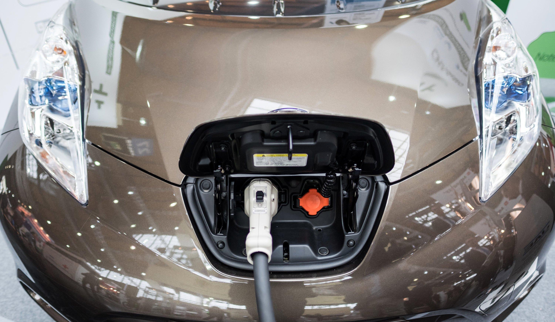 Aufladestecker eines Nissan Leaf: Wollen Hersteller in China weiterhin Autos mit Verbrennungsmotoren verkaufen, müssen sie ab 2018 als Gegenzug Elektroautos produzieren.