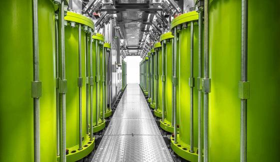 Im Inneren des Containers: 16 grüne Stahlgehäuse mit Rotoren bilden einen Stromspeicher mit einer Leistung von einem Megawatt.