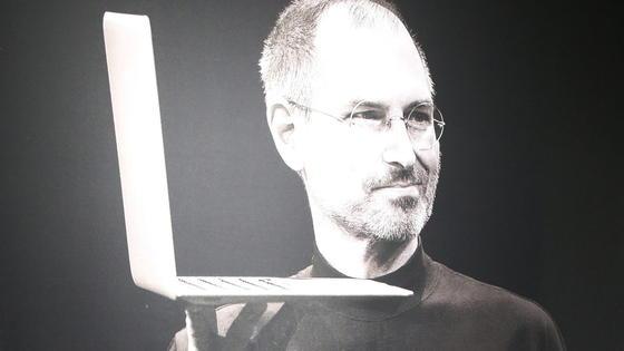 Der verstorbene Apple-Gründer Steve Jobs mit Laptop: Sein Nachfolger Tim Cook hat gerade den von Jobs eingeführten Begrüßungston zum Starten eines Macs abgeschafft. Die Apple-Fans sind not amused.