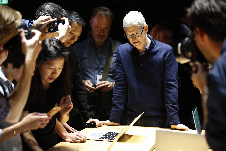 Kein Startton, kein beleuchtetes Logo, kein MagSafe: Apple-Chef Tim Cook bricht beim neuen MacBook Pro mit alten Traditionen.