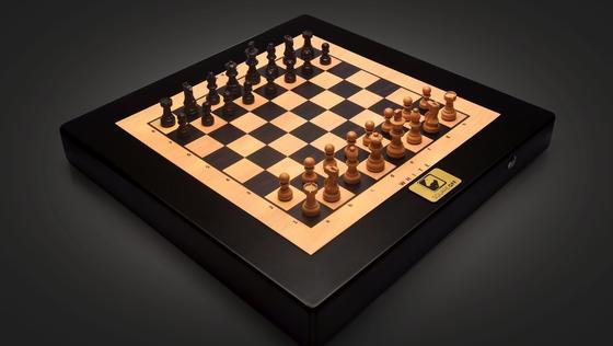 Der Schachcomputer Square Off ermöglicht nicht nur das Spiel gegen einen Mitspieler über das Internet. Der Computer bewegt per Magnetkraft auch die Figuren des Mitspielers.