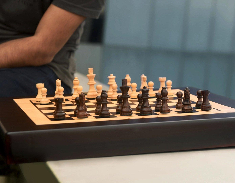 Unterhalb des Schachbretts ist ein Zwei-Achsen-Roboteruntergebracht, die die Figuren per Magnetkraft bewegt.
