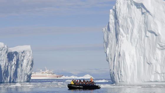 Im Sommer 2009 durchquert die MS Hanseatic von Hapag-Lloyd die Disko Bucht in Grönland am Ende der Nordwestpassage.