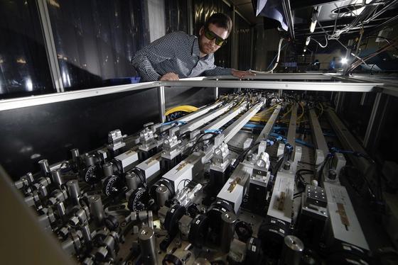 Physik-Doktorand Robert Klas vom Institut für Angewandte Physik in Jena an einem Kurzpulslaser. Er und seine Kollegen stellen in einer aktuellen Publikation einen Versuchsaufbau vor, mit dem sich ultrakurze Röntgenpulse erzeugen lassen.