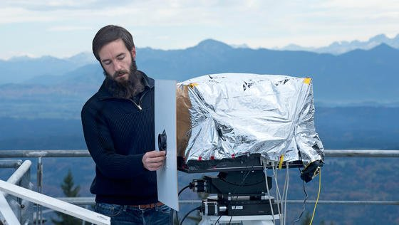 Thrust-Projektleiter Dr. Juraj Poliak trifft am Hohenpeißenberg letzte Vorbereitungen für den Datenempfang. Entwickelt wurde das Thrust-Empfangsterminal vom Institut für Kommunikation und Navigation des DLR.