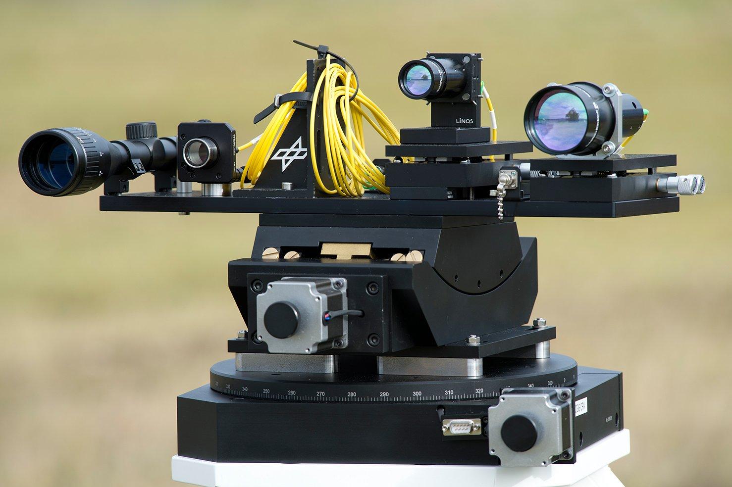 Das vom DLR entwickelte Sendeterminal namens Thruststand beim Weltrekordversuch mehr als zehn Kilometer entfernt vom Empfänger.