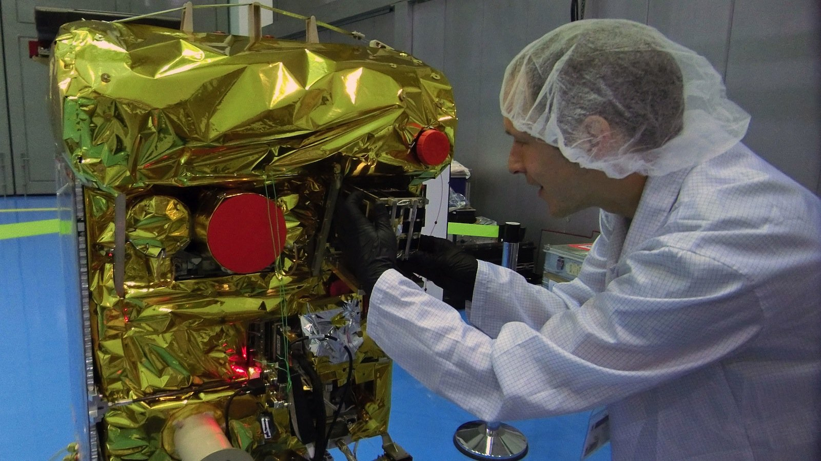 Einbau von Beesat in Biros:Am 9. September 2016 setzte der Feuerdetektionssatellit Biros dannden Picosatelliten Beesat-4in 515 km über der norwegischen Inselgruppe Spitzbergen im All aus. Jetzt wurden die beiden Satelliten für das Experiment Avanti genutzt.